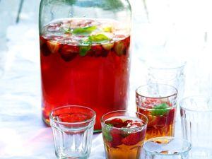 Eistee mit Erdbeeren und Basilikum Rezept