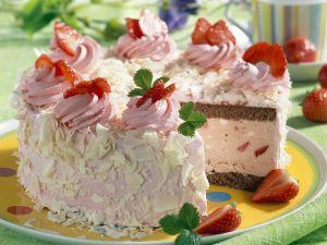 Eistorte mit Erdbeeren Rezept