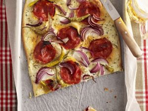 Elsässer Flammkuchen mit pikanter Wurst und Zwiebeln Rezept