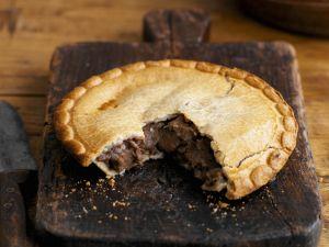 Englische Rindlfeischpastete (Steak and Ale Pie) Rezept