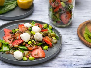 Erdbeer-Linsen-Salat mit Rhabarber und Edamame Rezept