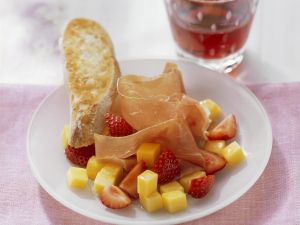 Erdbeer-Mango-Salat mit luftgetrocknetem Schinken Rezept