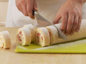 Erdbeer-Sahne-Roulade herstellen Rezept