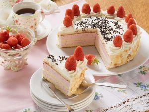 Erdbeer-Sahne-Torte mit Mandelblättchen zum Kaffee Rezept