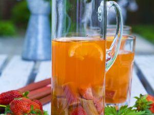 Erdbeerbowle mit Rhabarber Rezept