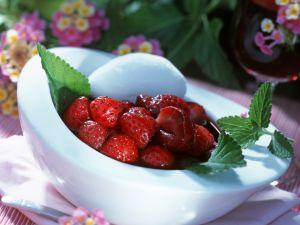 Erdbeeren im Rotweinsud mit Ziegenkäsenocke Rezept
