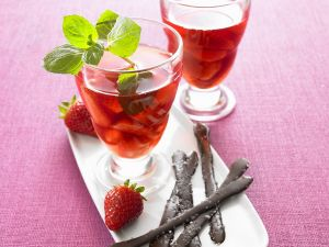 Erdbeerkompott mit salzigen Schokoladenstäbchen Rezept