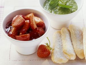 Erdbeerkompott mit süßen Minz-Basilikum-Pesto Rezept