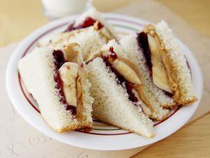 Erdnussbutter-Marmeladen-Sandwich mit Banane Rezept