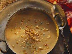 Erdnusscremesuppe mit Staudensellerie Rezept