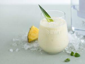 Exotischer Smoothie mit Ananas und Kokosflocken Rezept