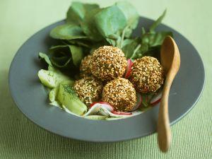Falafelbällchen mit Gurkensalat Rezept