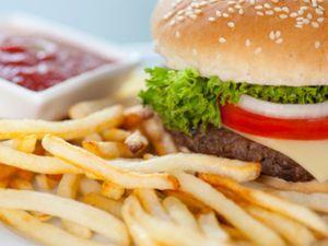 Fast Food: unkompliziert, aber ohne Nährstoffe