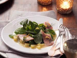 Feldsalat mit Forellenfilets und Kartoffeldressing Rezept