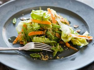 Fenchelsalat mit Karotten und Nüssen Rezept
