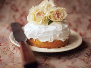 Festlicher Kuchen mit Glasur und Rosen Rezept