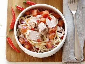 Feurige Pasta mit Thunfisch, Tomaten Und Zwiebeln Rezept