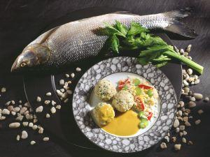 Fischklößchen mit Gemüsereis und Currysauce Rezept