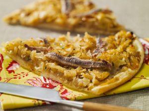 Flammkuchen mit Zwiebeln und Sardellen Rezept