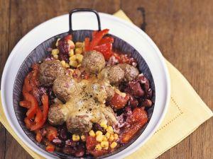 Fleischbällchen auf Gemüse mit Käse gratiniert Rezept