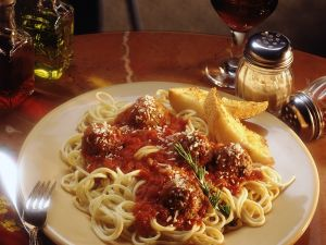 Fleischbällchen mit Tomatensauce und Nudeln Rezept
