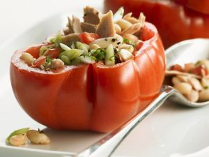 Fleischtomaten mit Bohnen und Thunfisch gefüllt Rezept