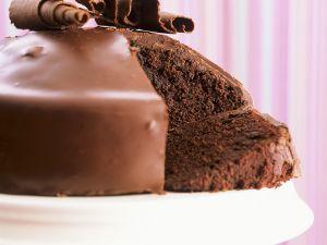 Fluffiger Schokoladenkuchen mit Glasur Rezept
