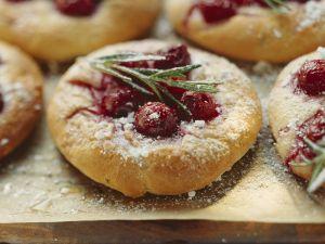 Focaccia mit Kirschen und Rosmarin Rezept