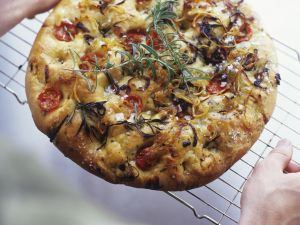 Focaccia mit Tomaten, Rosmarin und Zwiebeln Rezept