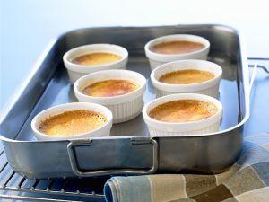 Förmchen mit Creme Caramel im Wasserbad stocken lassen Rezept