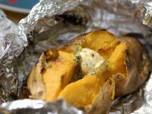 Folien-Süßkartoffel mit Kräuterbutter Rezept
