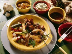 Fondue mit Fleisch und Hähnchen Rezept