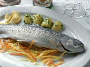 Forelle blau mit Gemüsejulienne und Kartoffeln Rezept