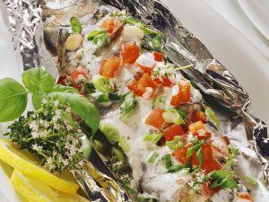 Forelle mit Gemüse in der Folie gegart Rezept