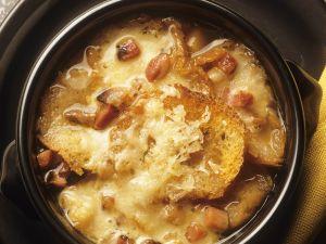 Französische Zwiebelsuppe mit Speck Rezept