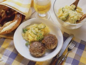Frikadellen mit Kartoffel-Gurkensalat Rezept