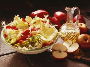 Frisée-Paprikasalat mit Apfel Rezept