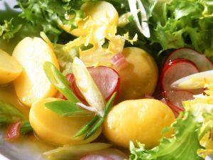 Friseesalat mit Kartoffeln und Radieschen Rezept