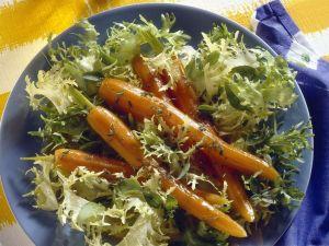 Friséesalat mit Möhren Rezept