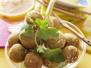 Fritterierte Kichererbsenbällchen mit Dips Rezept