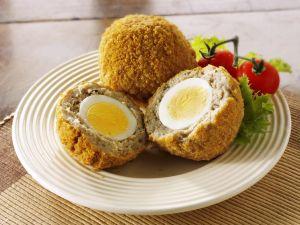Frittierte Brät-Eier-Bällchen mit Salat Rezept