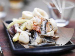 Frittierte Tintenfische mit kleinen Fischen und Zucchini Rezept