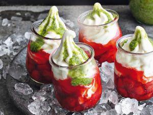 Frozen Yogurt mit Erdbeerkompott und Basilikum-Pesto Rezept