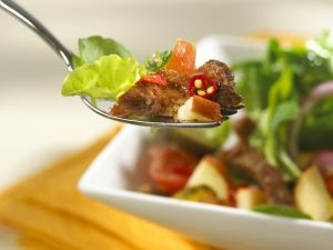 Fruchtiger Blattsalat mit Steakstreifen Rezept