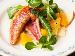 Fruchtiger Feldsalat mit Rotbarbenfilets Rezept
