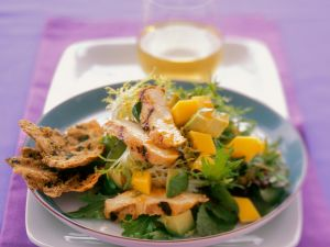 Fruchtiger Friséesalat mit Hähnchenbrust Rezept