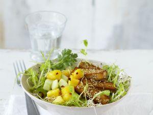 Fruchtiger Gurkensalat mit Sesam-Tofu-Stäbchen Rezept