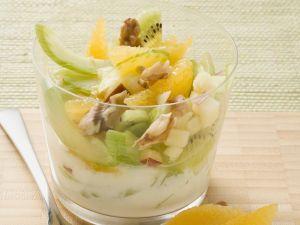 Fruchtiger Salat mit Staudensellerie Rezept