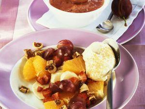 Fruchtsalat mit Sahne und Pflaumensauce Rezept