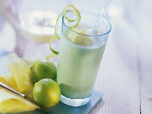 Fruchtshake mit Ananas, Mango und Kefir Rezept